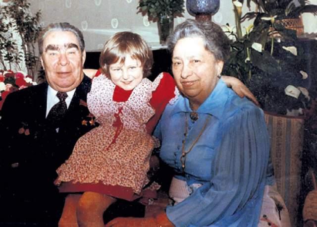 Виктория Брежнева (Денисова). Жена Леонида Брежнева, генерального секретаря ЦК КПСС. Была дипломированным акушером, но почти не работала: занималась домашним очагом.