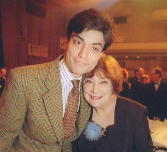 """Свою мать он просто поставил перед фактом телефонной фразой. """"Я не вернусь"""". На этом общение матери и сына закончилось. Позже они виделись в рамках нескольких телешоу."""