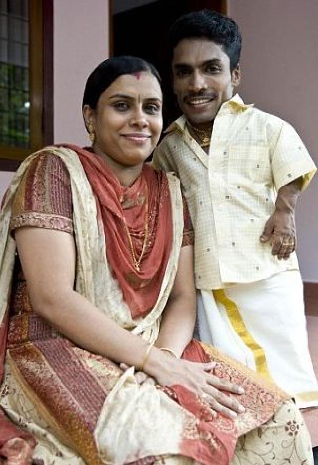 Так, например, он всегда хотел жениться на высокорослой женщине: в настоящее время он связан узами брака с девушкой по имени Гаятри, которая почти в 2 раз выше его.