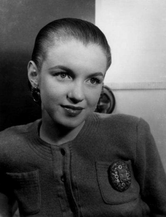 Мэрилин Монро. Норма Джин Мортенсон в юности пошла работать на военный завод, где проверяла парашюты и распыляла вещество, делающее самолеты огнеупорными.