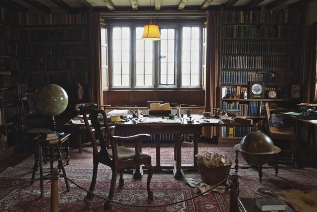 Кабинет Редьярда Киплинга. Когда писатель собрался уйти на пенсию после своих приключений в Ост-Индии, он поселился в старинном доме 17-го века в Сассексе.