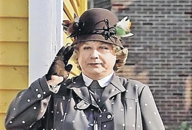 Режиссер Леонид Квинихидзе подумал взять на эту роль мужчину, поскольку по сценарию она описывалась как крайне неприятная особа. И предложил ее Олегу Табакову. Актеру эта затея пришлась по душе.