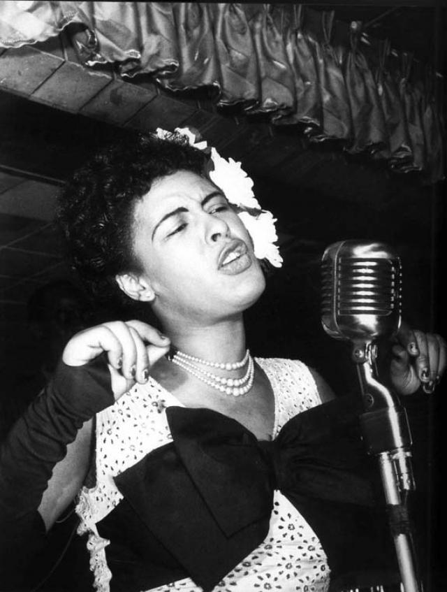 Билли Холидэй. Будущая звезда джаза происходила из бедной семьи, а в 12 лет даже задерживалась с матерью за проституцию. Все изменилось, когда в начале 1930-х она стала выступать в ночных клубах, где ее заметили продюсеры.