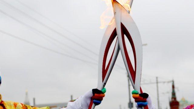 Олимпийский факел стоимостью около 13 тысяч рублей был создан Красноярским машиностроительным заводом, и его создатели громко заявляли, что из-за своей особенной конструкции он не потухнет даже во время сильного ветра.