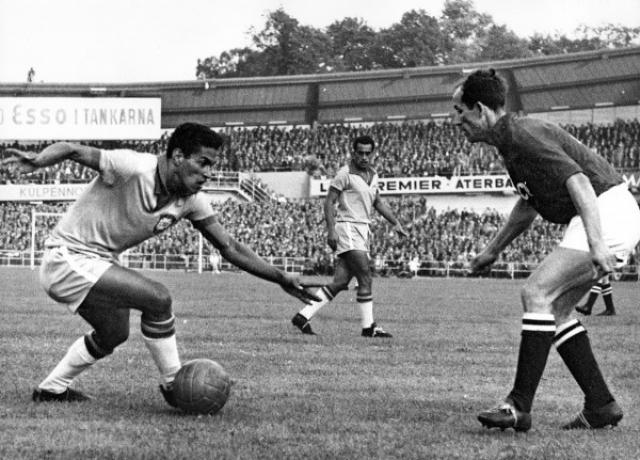 1958. Бразилец Гарринча был удален в полуфинальном матче с Францией, но специальным решением оргкомитета ему разрешили сыграть в финале, где Бразилия победила 5:2 Швецию.