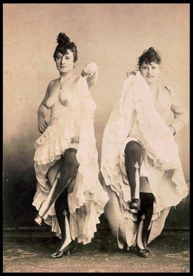 """Протостриптизом можно считать танец """"канкан"""", появившийся во Франции на полвека раньше. Его начали исполнять в ресторанах, кабаре и прочих увеселительных заведениях."""