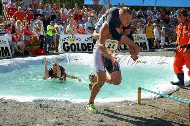 Чемпионат по ношению жен. Ежегодно в мире проводится 6 чемпионатов по ношению дам сердца, самый известный и популярный - в финском селении Сонкаярви.