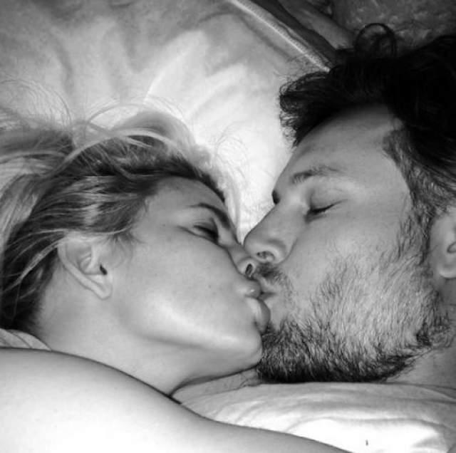"""Фото поцелуя на ночь с подписью: """"Я люблю этого мужчину"""" ."""