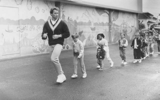 """На съемках фильма """"Детсадовский полицейский"""", 1990 год."""