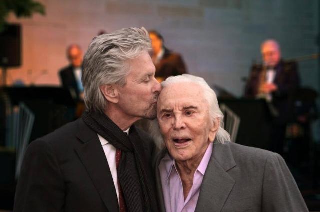 Несмотря на осложнения после инсульта, 99-летний Дуглас ведет светский образ жизни, появляется на телевидении и в документальных проектах, а также ведет блог. Не так давно Кирк стал жертвой крепкого поцелуя Джона Траволты .