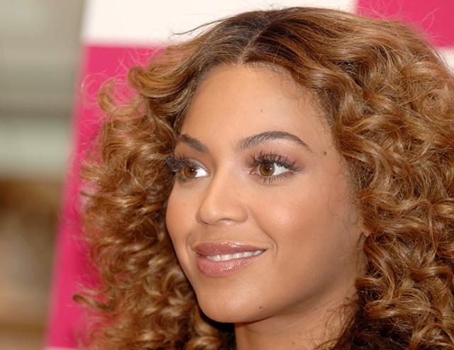 Бейонсе. Певица является обладательницей коллекции париков, которая стоит ни много, ни мало один миллион долларов.