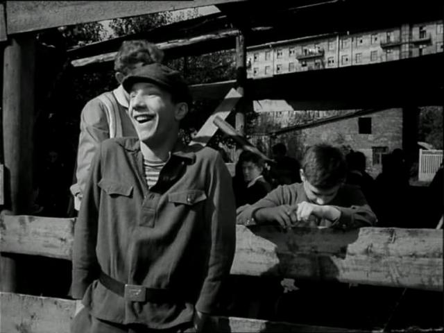 """Авантюра увенчалась успехом и его пригласили на пробы. Так Крамаров попал на съемки картин """"Им было девятнадцать"""" и """"Прощайте, голуби""""."""
