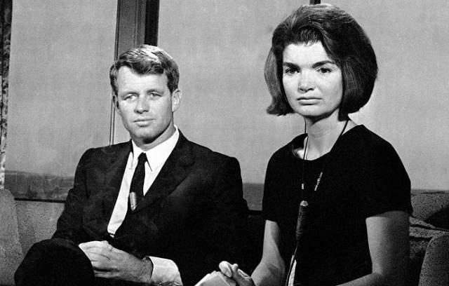 Выбраться из тяжелейшей депрессии вдове президента помог Роберт Кеннеди, младший брат покойного Джона. Несмотря на то, что у Роберта со своей женой Этель уже было 11 детей, слухи о тайном романе с Жаклин никуда не пропадали.