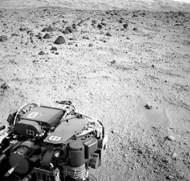 Марсианский день номер 329, 9 июля 2013 года. На этом снимке виден склон горы Шар, к которой направляется марсоход Curiosity.