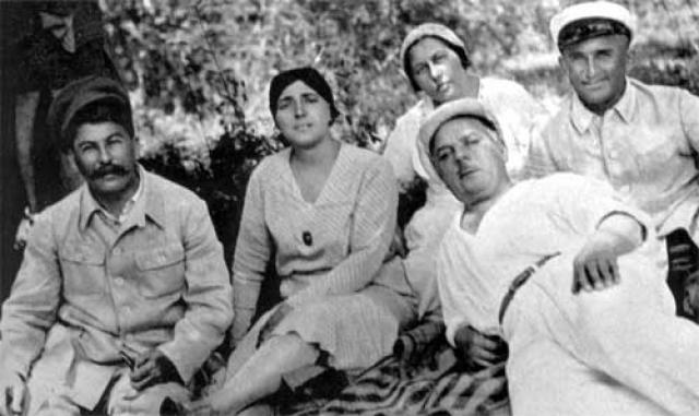 До самоубийства жены Надежды Аллилуевой в 1932 году Сталин обычно выезжал отдыхать в Крым, климат которого так нравился супруге.