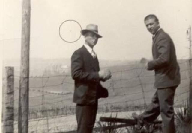 Орган-Кейв, Западная Вирджиния, США, 1939-й год Фотография найдена в семейном фотоальбоме человеком по имени Крис Миллер из Западной Вирджинии. На снимке изображен дед Миллера со своим братом, а также некий неопознанный объект далеко в небе.