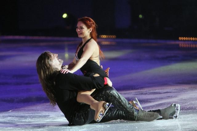 """Сейчас рыжеволосой красавице 42 года. В 2007 году Марина приняла участие в телешоу канала РТР """"Танцы на льду"""", где выступала в паре с актером Никитой Джигурдой, который через два года стал ее мужем."""
