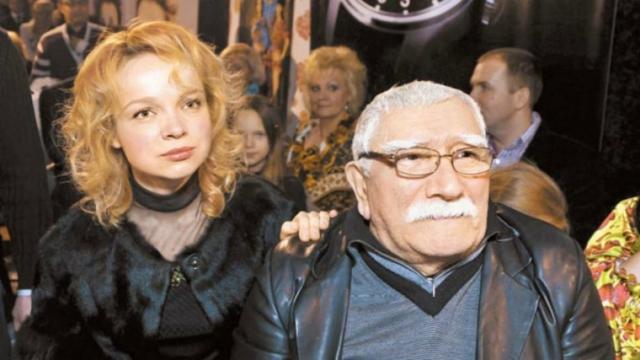 Чуть позже стало известно, что причиной разрыва стала 34-летняя пианистка Виталина Цымбалюк-Романовская, с которой актер живет вместе. Актер даже связал себя узами брака с молодой возлюбленной .