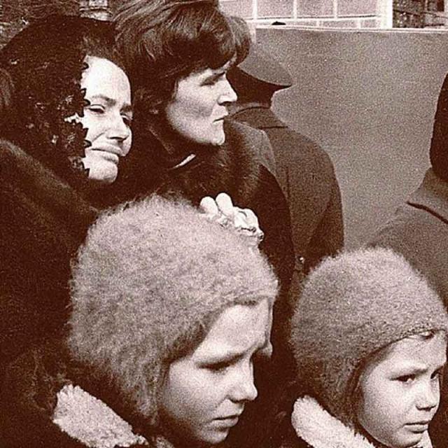 Тела Гагарина и Серёгина были кремированы. На Красной площади состоялся траурный митинг, в стране была объявлена минута молчания, урны с прахом были захоронены в Кремлёвской стене с воинскими почестями.