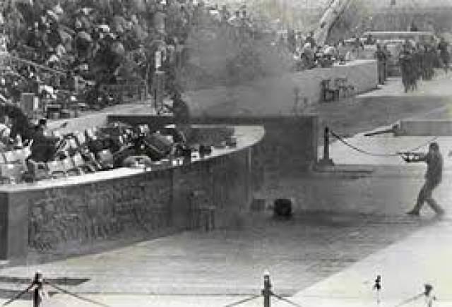 """Началась паника, Анвар Садат поднялся из кресла и произнес """"Не может быть!"""". Встав с места, Садат оказался легкой мишенью для снайпера."""
