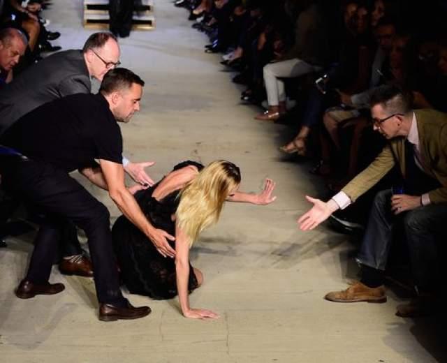Модель Кэндис Свейнпул рухнула во время показа на Нью-Йоркской Неделе моды.