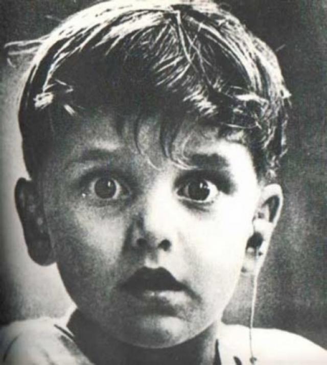 Гарольд Виттльз слышит впервые в своей жизни - доктор только что установил ему слуховой аппарат.