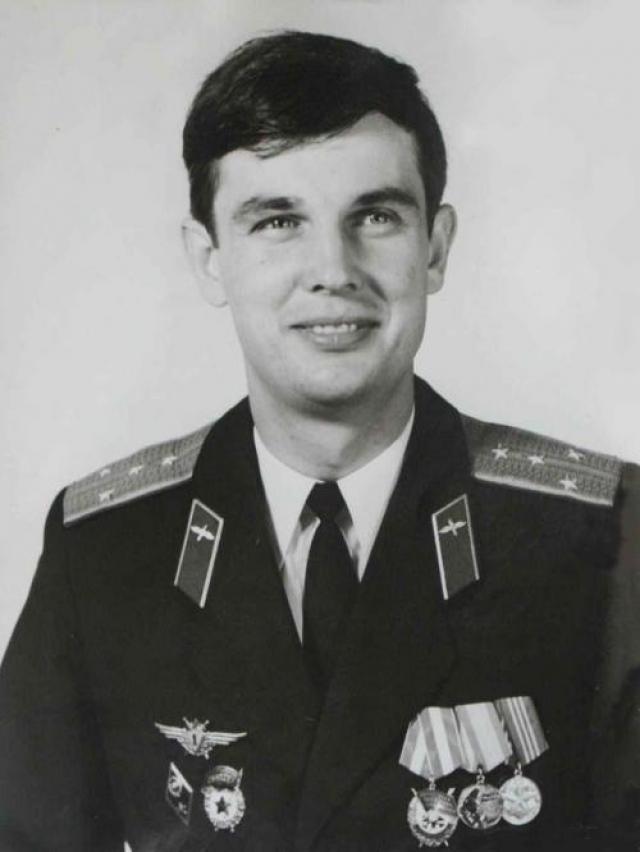 Перед заместителем эскадрильи летчиком Валентином Куляпиным была поставлена задача посадить нарушителей. На требования летчика швейцарцы не реагировали. Тогда поступил приказ сбить самолет. На фото: Валентин Куляпин