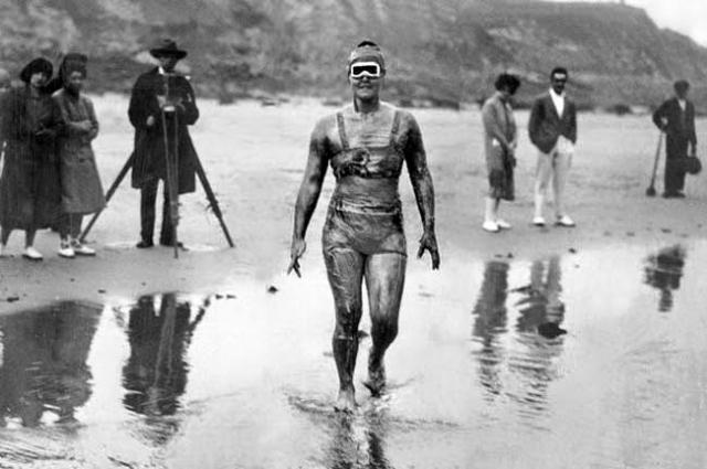 Гертруда Эдерли - первая женщина, переплывшая Ла-Манш в 1926 году. Ее рекорд - 14 часов 34 минуты - стоял до 1950 года. Проведя 14 часов в холодной воде, она повредила слух и всю жизнь потом обучала глухих детей плаванию.