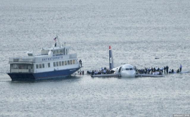 Через 3 минуты и 40 секунд после приводнения к самолету приходит первый паром. Пассажиры парома помогают подвести судно как можно ближе к одному из крыльев самолета, который постоянно сносит сильным течением.