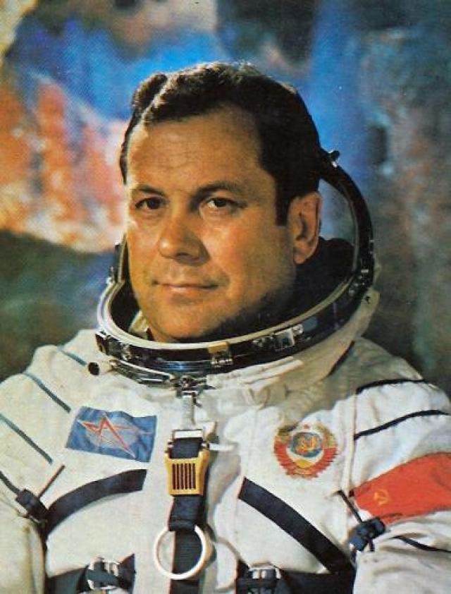 После этого несколько раз становился командиром нескольких космических миссий, но ни одна из них не осуществилась. Был депутатом Верховного Совета СССР 24 года, шесть созывов был депутатом Верховного Совета УССР.
