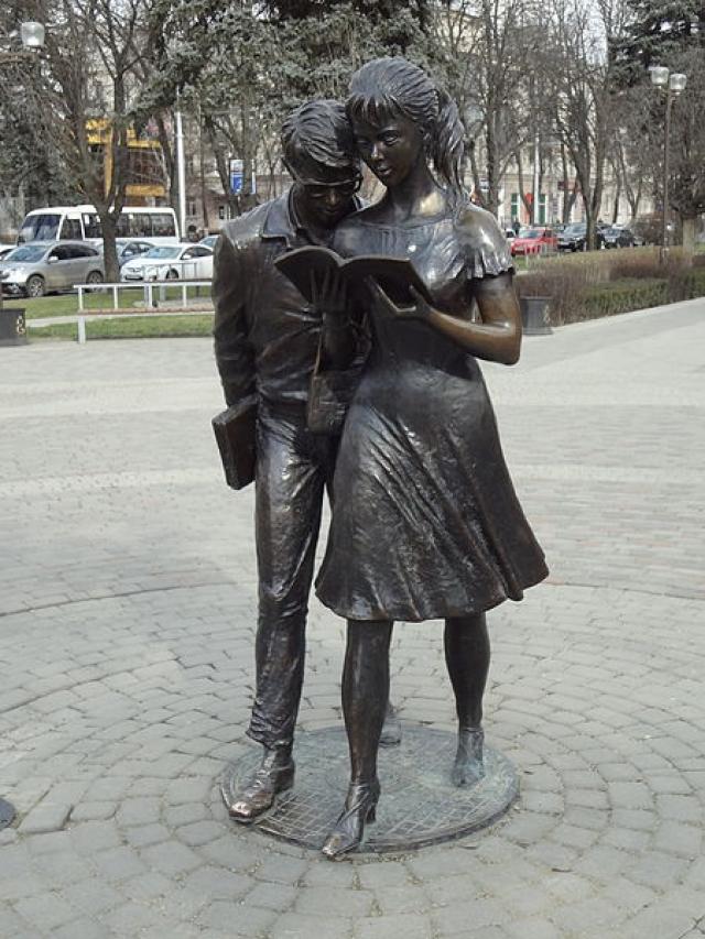 """Фильм """"Операция """"Ы"""" и другие приключения Шурика"""" оказался настолько любимым зрителями , что главным героям фильма, Шурику и Лиде, установили памятники сразу в двух городах - Москве и Краснодаре."""