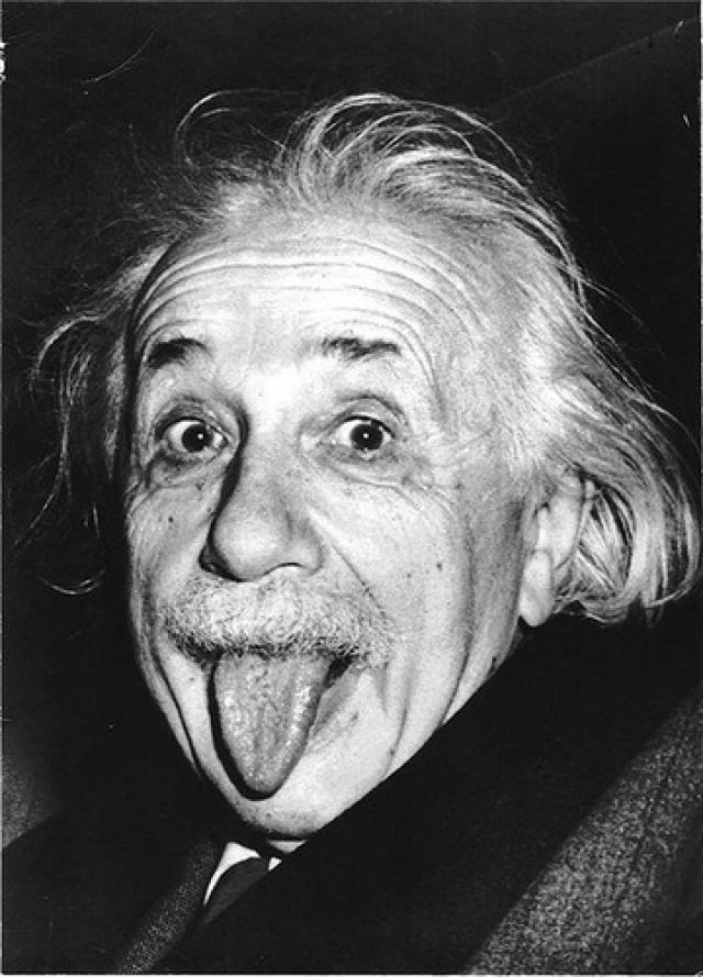 Фотограф Артур Зассе старался убедить уставшего от позирования Эйнштейна улыбнуться, но тот неожиданно показал фотографу язык. В 2009 году оригинальный снимок озорного Эйнштейна был продан с аукциона за 74 тысячи 324 доллара.