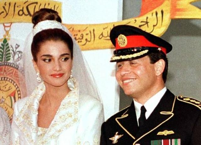 """Рания Аль-Абдулла - королева Иордании, жена короля Абдаллы II. В 1999 году сегодняшняя супруга короля Абдуллы II и мать двоих детей пришла в ужас, когда узнала, что ей предстоит стать королевой. Сегодня она считает себя """"истинной арабской женщиной"""", но при этом обладает внешностью западной супермодели."""