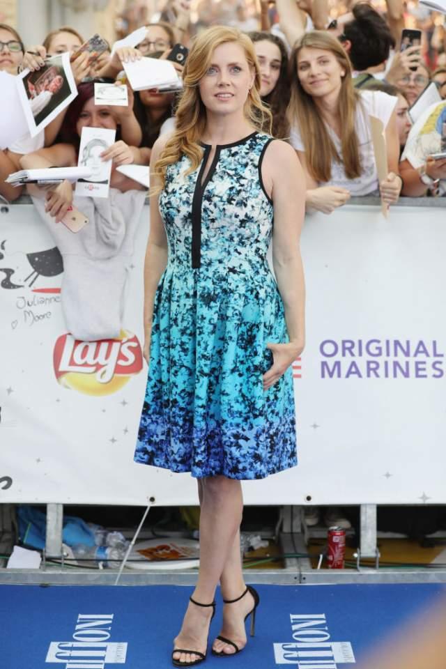 Эми Адамс выбрала платье за $50 для выхода на кинофестивале Giffoni в Италии.