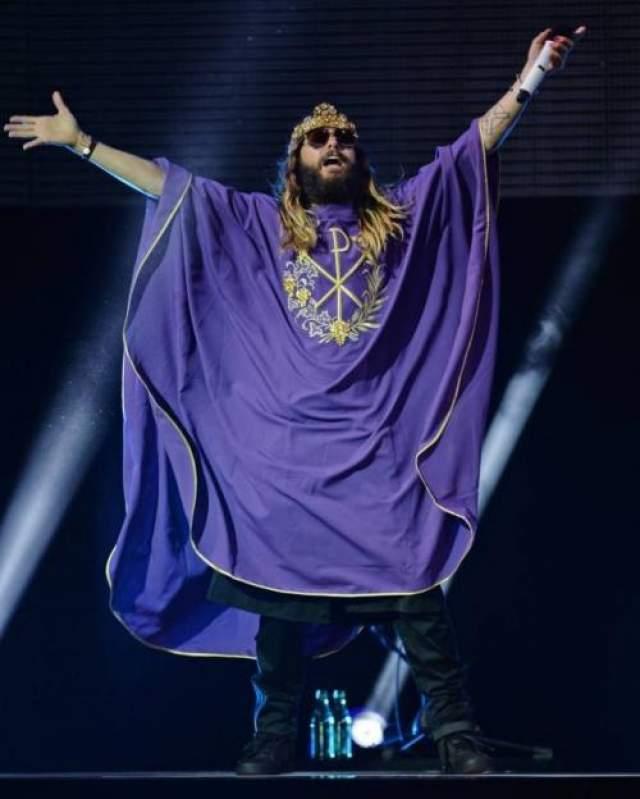 """Обладатель премии """"Оскар 2014"""" и солист рок-группы 30 Seconds to Mars Джаред Лето добавил к уже привычной короне Dolce&Gabbana на голове странное одеяние."""