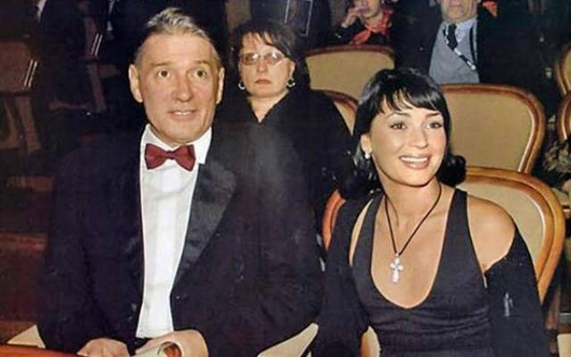 Юлия Абдулова, вдова актера Александра Абдулова. Александр Абдулов скончался после продолжительной болезни в 2008 году. У 54-летнего актера была четвертая степень рака легкого. Вторая и последняя супруга Александра Абдулова - Юлия, юрист по образованию.