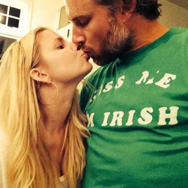 Джессика Симпсон и Эрик Джонсон С 2014 года Джессика замужем за бывшим игроком NFL Эриком Джонсоном, с которым она встречалась 4 года до сих свадьбы. У супругов трое детей: дочь Максвелл Дрю Джонсон (2012), сын Эйс Кнут Джонсон (2013) и еще одна дочь - Берди Мей Джонсон (2019).