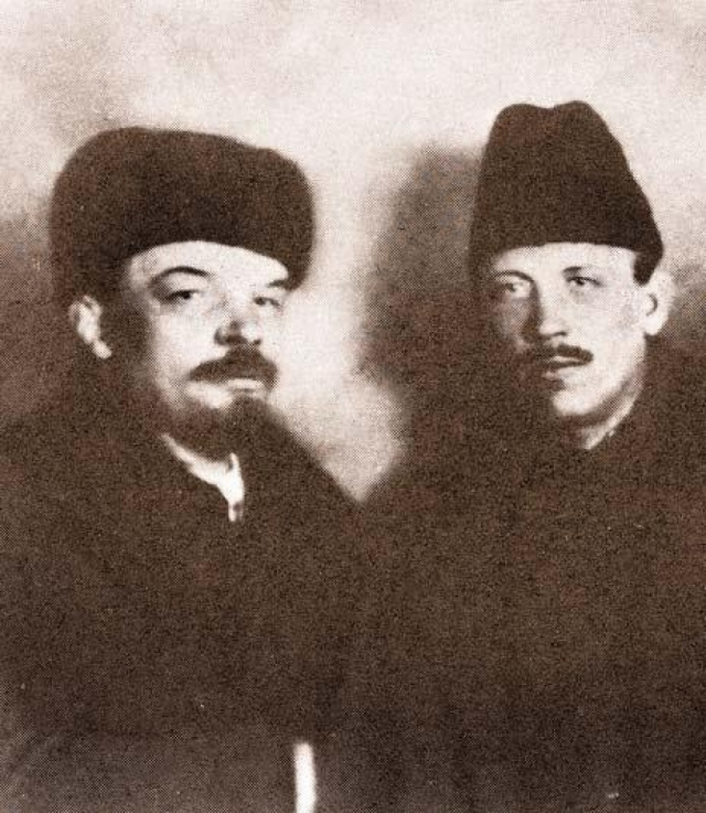 В.И.Ленин. Существует версия, о том, что покушение Ильича, состоявшееся 30 августа 1918 года, было результатом заговора эсеров и что в вождя революции стреляла (причем отравленными пулями) Фанни Каплан.