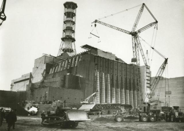 В первые дни основные усилия были направлены на снижение радиоактивных выбросов из разрушенного реактора и предотвращение еще более серьезных последствий.