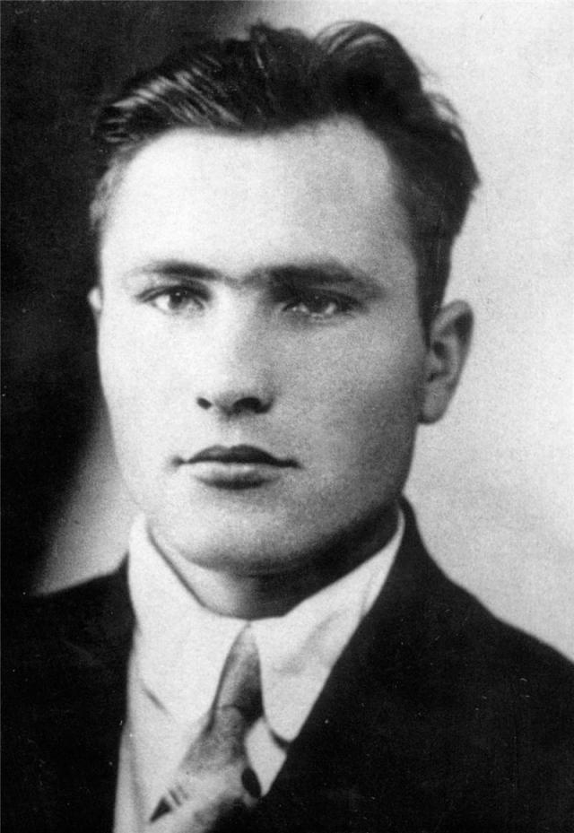 """Первым местом работы Шукшина стал трест """"Союзпроммеханизация"""", который относился к московской конторе. Устроившись туда в 1947 году в качестве слесаря-такелажника, Шукшин вскоре был направлен сначала на турбинный завод в Калугу, затем - на тракторный завод во Владимир."""