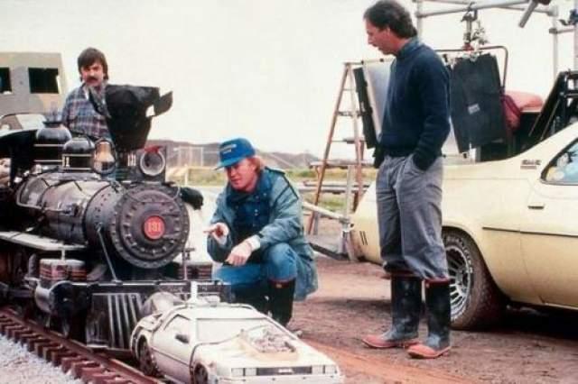 Назад в будущее Машина ДеЛореан, которая оказывается гораздо компактнее, чем думали многие зрители.