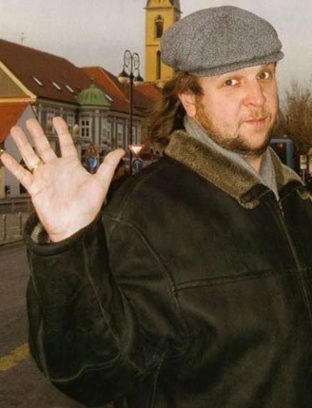 По одной версии актер погиб в автокатастрофе, по другой - Федор его убили в очереди за пивом, избили милиционеры.