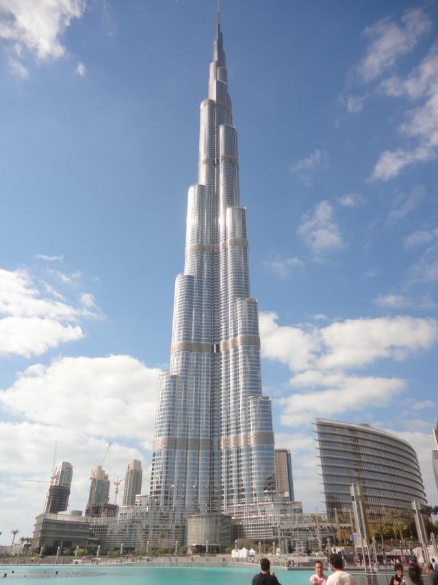 Также Бурдж-Халифа держит множество других мировых рекордов. Среди них высочайшее свободно стоящее сооружение, здание с самым высоко расположенным жилым этажом, здание с наибольшим количеством этажей, самые высокие лифты и вторая самая высоко расположенная смотровая площадка.