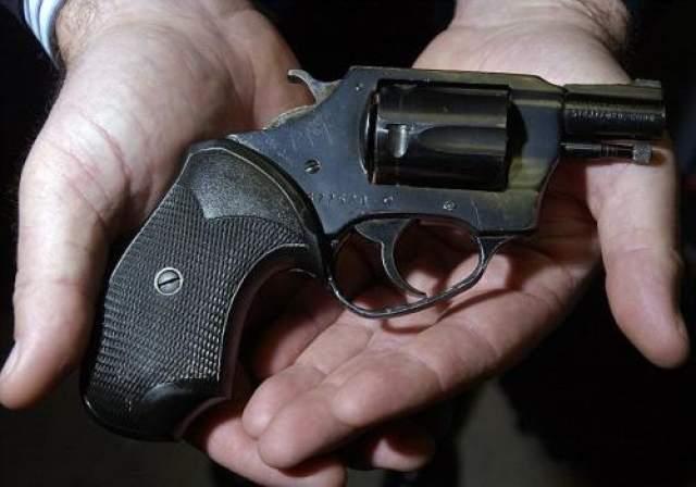 """Выстрелив в Леннона пять раз (цели достигли четыре пули), Чепмен там же уселся на асфальт и принялся читать """"Над пропастью во ржи"""" Сэлинджера. На фото: пистолет Чепмен, из которого был убит Леннон"""