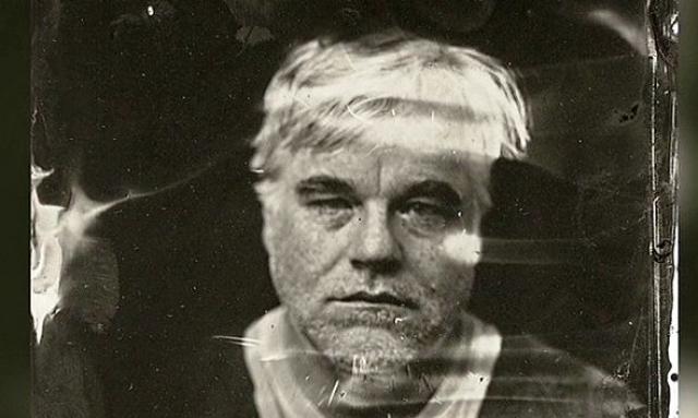 В квартире Хоффмана были обнаружены не менее 70 пакетиков, заполненных, предположительно, героином. По подозрению в продаже ему фатальной партии этого наркотика были арестованы четыре дилера.