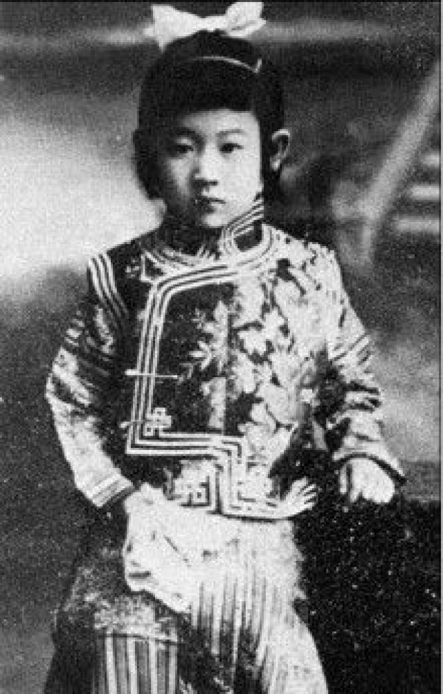 Йошико Кавашима. Родилась 24 мая 1907 года у Айсиньгеро Шаньси, маньчжурская принцесса из рода Айсин Геро. После начавшейся вскоре революции ее удочерил японский торговец, шпион и авантюрист Нанива Кавасима.