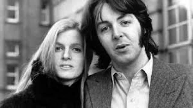 Линда Истман была старше Маккартни на один год и работала фотографом. В браке с Линдой у Пола родилось трое детей: дочери Мэри и Стелла, сын Джеймс. Их семью разрушила болезнь: в 1997 году Линда скончалась от рака.