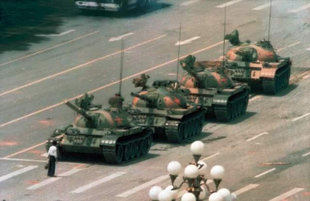 Неизвестный бунтарь, Джефф Вайденер, 1989. Этот человек в течение получаса в одиночку сдерживал колонну танков во время волнений на площади Тяньаньмэнь.