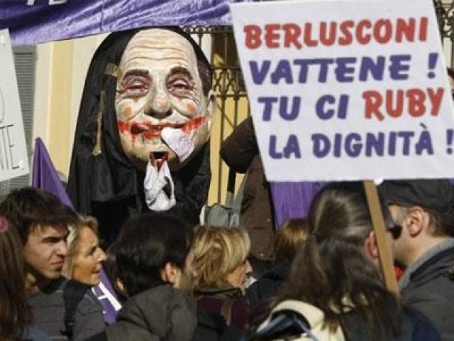 """17 марта 2013 года, после выборов в итальянский парламент, толпа противников Берлускони, поджидая его у входа в законодательный орган страны скандировала """"клоун, клоун"""" ."""