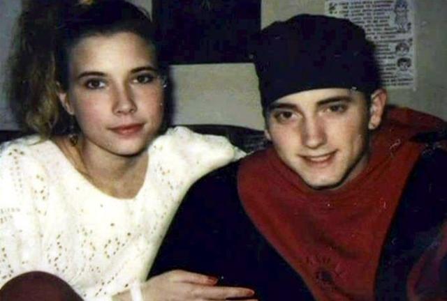 Эминем. Ким Скотт считается самой большой любовью рэпера: они познакомились еще в школе и прежде чем пожениться в 1999 году, они встречались целых десять лет.